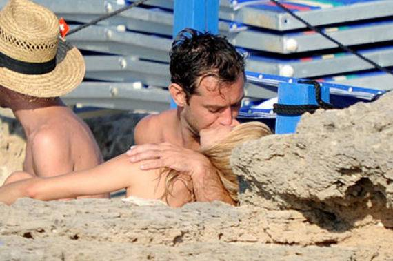 Jude Law & his actress sweetheart Sienna Miller were also spotted having a whale of a time in the beach resort of Ponza, Italy