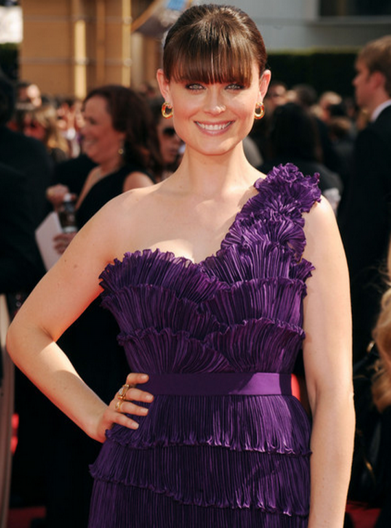 Ms.Deschanel opted for a bold color and a bold look for the Primetime Emmy Awards 2010 when she wore the one-shouldered purple gown from Max Azria.
