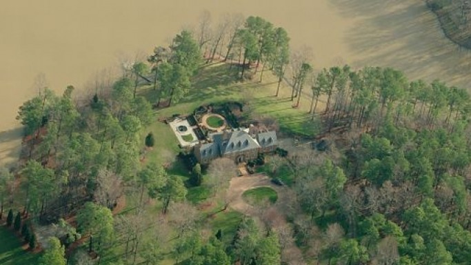 photo: house/residence of cool friendly intelligent  7700 million earning North Carolina, United States-resident
