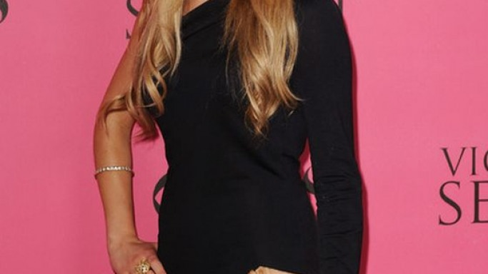 Amanda attended a high-profile event donning a glamorous asymmetrical mini dress.